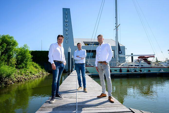 Marcel (links) en zijn broer Patrick Baanen (rechts), met hun compagnon Rob Daalhuizen bij de nieuwste loot aan hun bedrijf in Streefkerk: Heeren aan de Haven.