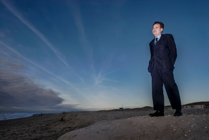 De Delftse ingenieur Ronald Waterman op het strand van Ter Heijde.