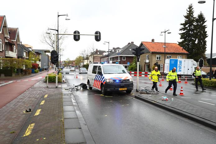 Politiebusje rijdt twee fietsers aan.