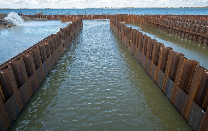 De bouwput van het testcentrum voor getijdenenergie in de Grevelingendam staat vol met water. Alle damwanden worden weggehaald