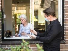 Deze tablets houden eenzame ouderen in Deventer en Zutphen betrokken: 'Kleinkinderen sturen continu foto's'