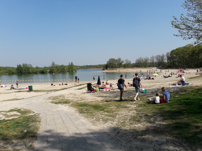 Het is op zondag minder druk langs het water dan zaterdag. Tweede Paasdag wordt een flinke drukte verwacht.