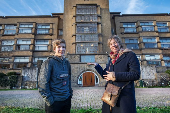 Lourens en zijn moeder Astrid voor het gesloten Dalton. Scholen zijn voorlopig alleen online te bezoeken, dat geldt dus ook voor de open dagen.