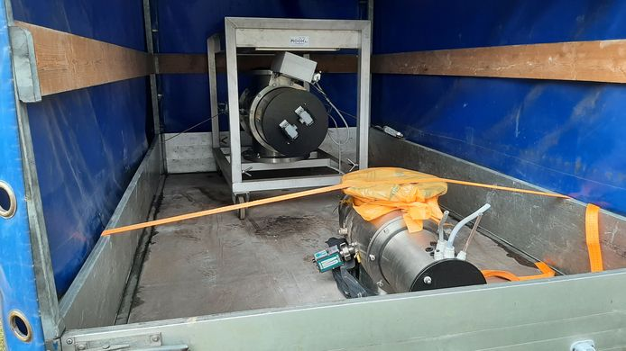 Twee uv-machines liggen klaar in een aanhanger bij drinkwaterreservoir Tankenberg Hoog.