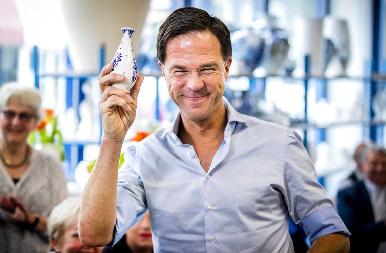 Premier Mark Rutte met een Delfts blauw vaasje tijdens de aftrap van de campagne van de VVD voor de Provinciale Staten- en waterschapsverkiezingen. Beeld ANP
