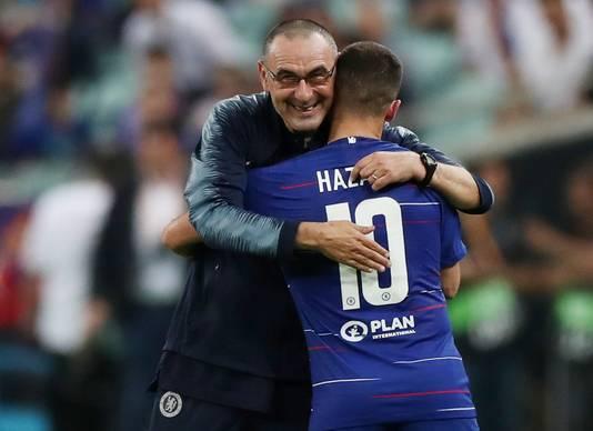 Manager Maurizio Sarri bedankt Hazard.