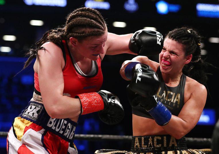 Femke Hermans (l.) in maart tegen Alicia Napoleon voor de WBA-titel. Beeld AFP