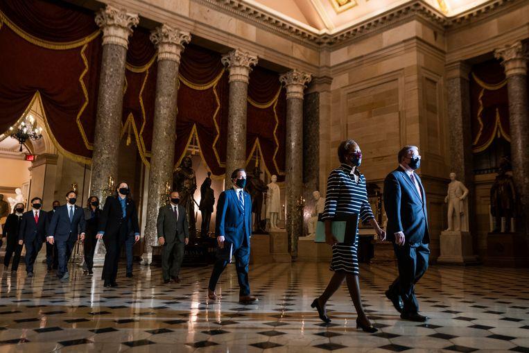 25 januari, een delegatie  van het Huis van Afgevaardigden draagt het impeachmentdossier officieel over aan de Senaat, dat een oordeel moet vellen. Beeld EPA