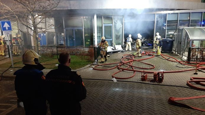 De brandweer heeft na een tijdje de brand meer onder controle. De grote ravage is dan al zichtbaar.