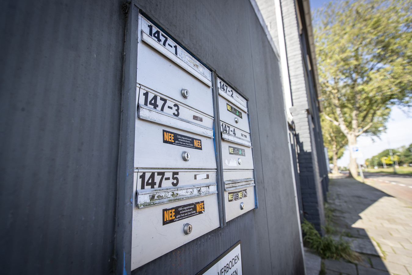 Soms hangen er bij sommige panden in Almelo opeens meerdere brievenbussen aan de gevel, wat kan wijzen op kamerverhuur.