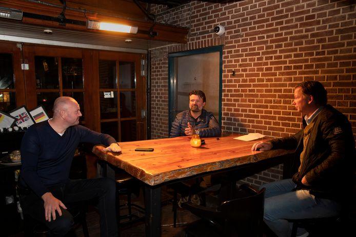 Horecaondernemers Jan Dooijewaard, Gert Boonen en Robert Jonker bespreken hoe ze nu verder gaan. Reserveringen moeten in elk geval worden afgezegd. Maar wie ga je afbellen?