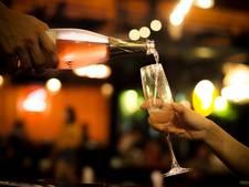 Vliegtuig maakt extra landing om woeste vrouw die geen champagne krijgt