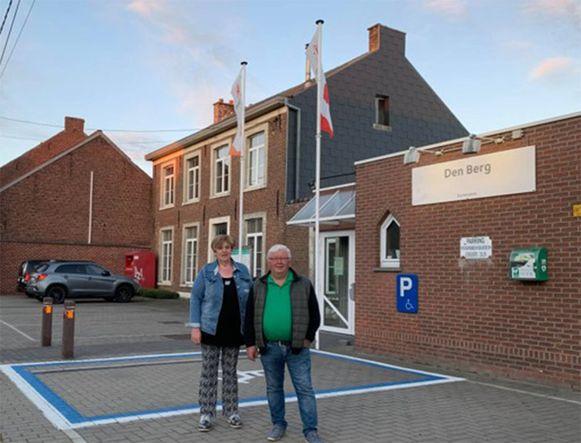 Josette Vanlaer en André Alles (beiden Open VLD) aan de pastorie en zaal Den Berg.