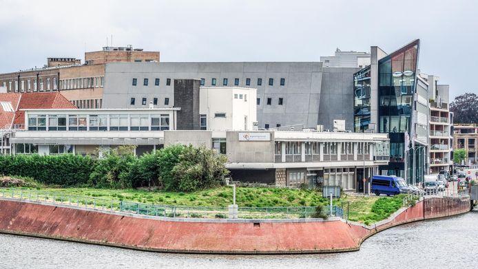 De tip van het Buda-eiland, waar midden 2026 de bouw van een hoogwaardige bibliotheek aanvat. Achter het groen zie je de gebouwen van het ziekenhuis Reepkaai, die gesloopt worden. Een aanpalend beschermd Augustinessenklooster blijft bewaard en wordt gerestaureerd