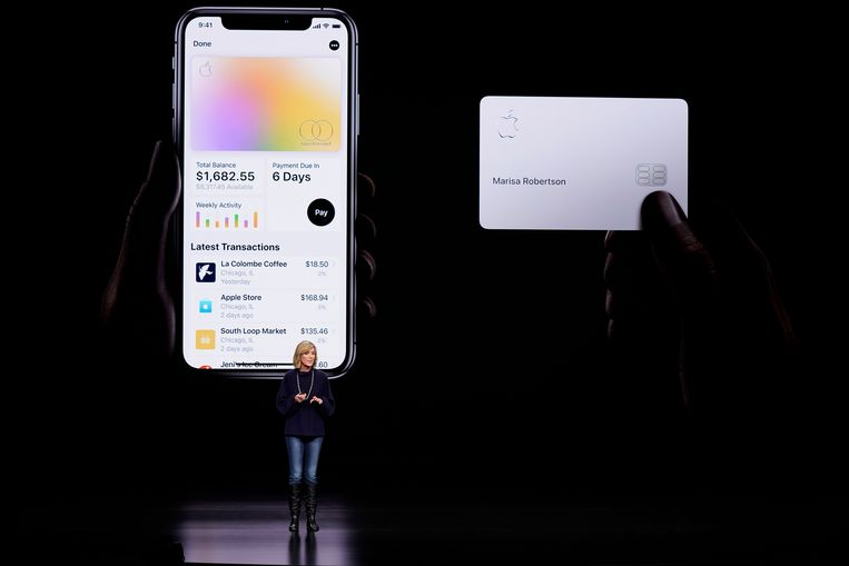 Jennifer Bailey, vice president van Apple Pay, mocht maandag Apple Card uit de doeken doen in het Steve Jobs Theater in Cupertino. Beeld AP