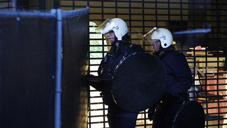 De politie heeft zaterdag bij de ongeregeldheden op het strand in Hoek van Holland niet afgezien van ME-inzet door bezuinigingen. Foto aNP Beeld
