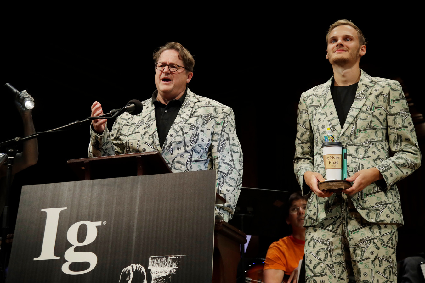 Andreas Voss (links) en zijn zoon Timothy tijdens de uitreiking van de Ig Nobelprijzen, donderdagavond op de Harvard Universiteit in Cambridge (VS).