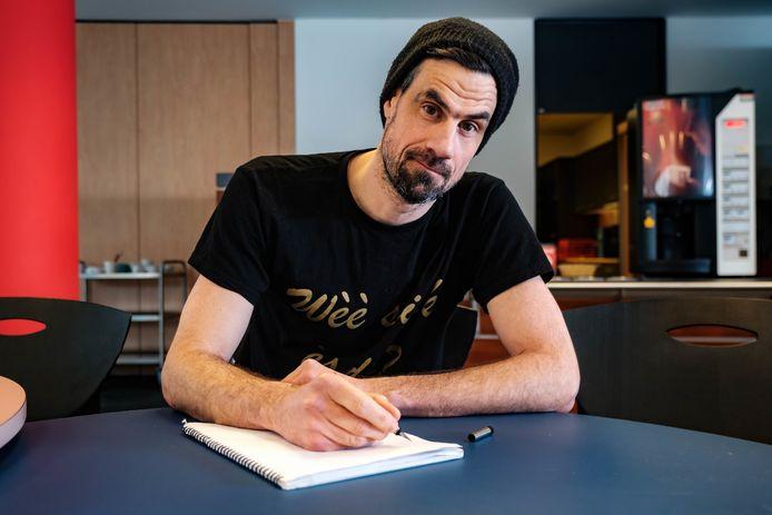 Jee Kast (Joost Stockx) doet een oproep om ouderen een brief te schrijven in deze eenzame corona tijden.