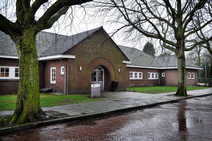 De markante ingang van de Aloysiusschool in Losser.