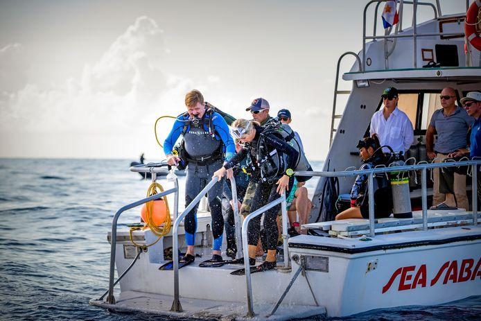 Koning Willem-Alexander en koningin Máxima maken zich klaar voor een duik op de Sababank,