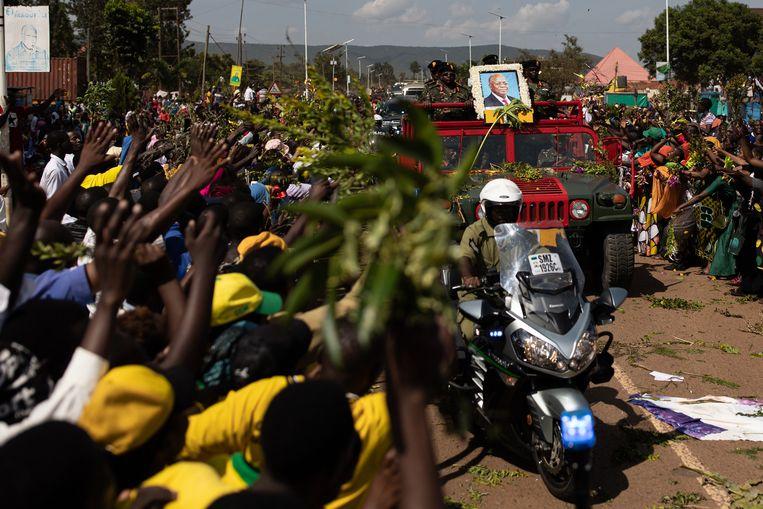 Het lichaam van president John Magufuliwerd woensdag door de straten van Chato gereden. Het mondde uit in een massaal eerbetoon. Beeld Luke Dray / Getty