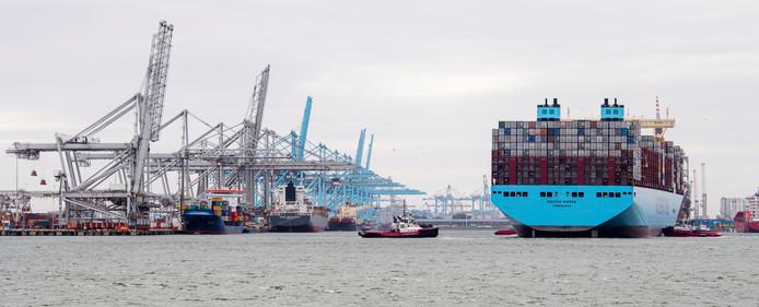 2017-06-12 17:28:44 ROTTERDAM - Containerschip Madrid Maersk van de Deense rederij Maersk Line komt aan in de Rotterdamse haven. Het containerschip kan dan 20.000 standaard-containers (teu) kan vervoeren. ANP/MARCO DE SWART