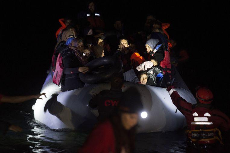 Een rubberboot met vluchtelingen komt aan op het Griekse eiland Lesbos, vanuit Turkije. Beeld getty