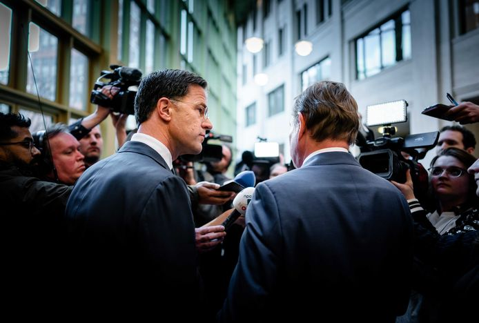 Premier Rutte en minister Bruins voor Medische Zorg staan de pers te woord na afloop van het crisisoverleg over de verspreiding van het coronavirus