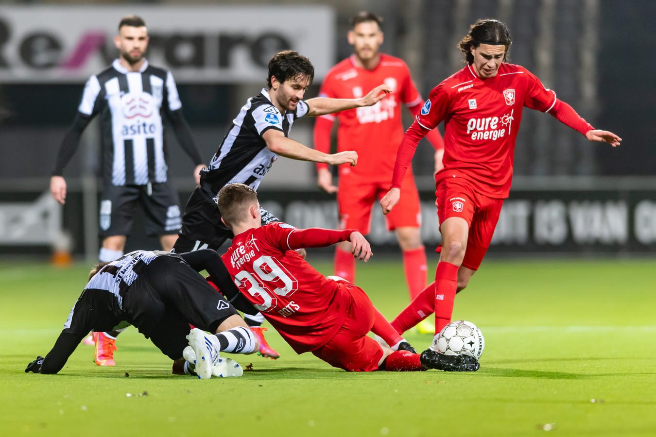 Lucas Schoofs, Luca de la Torre (beiden Heracles) en Daan Rots en Ramiz Zerrouki (beiden FC Twente) tijdens de derby van het Oosten.