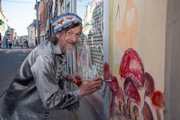 Jo Mertens brengt kleur in de Kerkstraat in Wetteren.