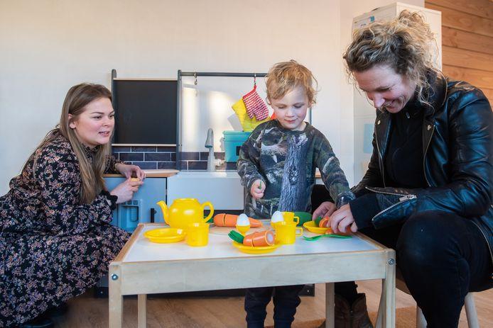 Moeder Anoek (R) met zoon Flo en kinderopvangmanager Iris de Bakker. Spelenderwijs omgaan met gezonde voeding.