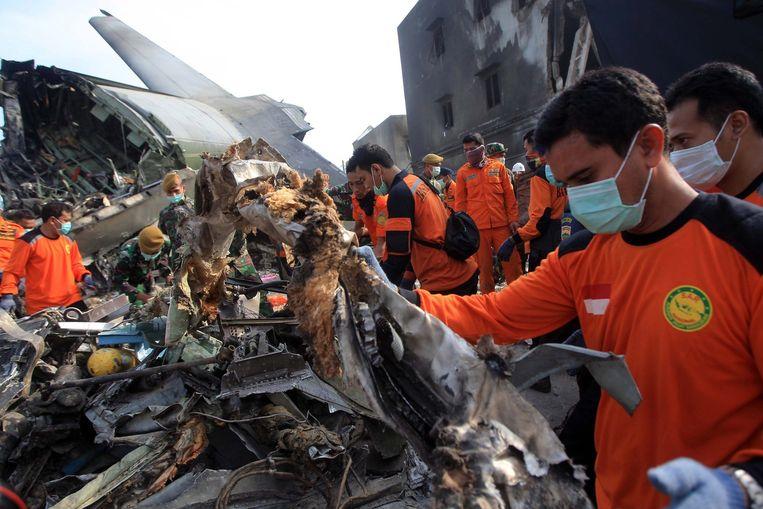 Het gecrashte vliegtuig is uiteen gevallen in honderden brokstukken. Beeld epa