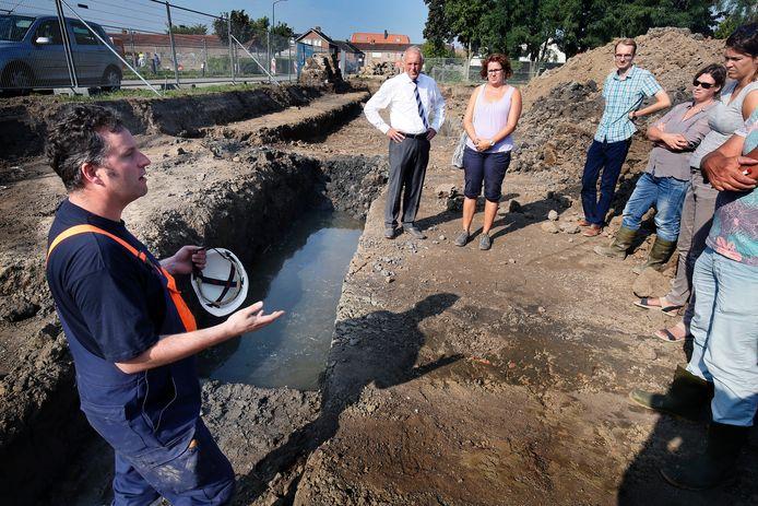 Een archeoloog vertelt over de vondsten van sporen van een moerasburcht.