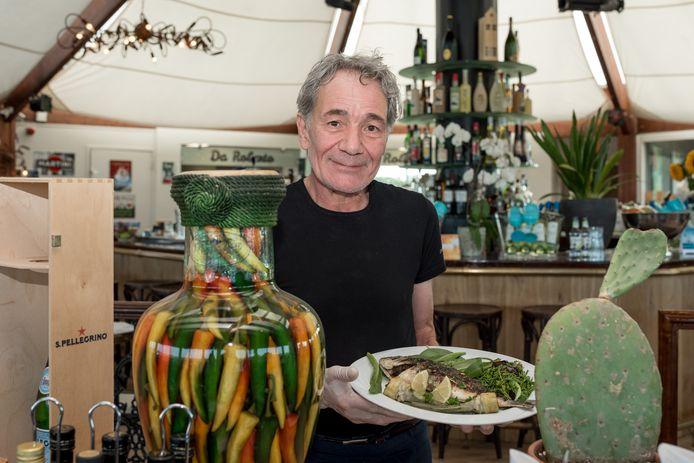 Roberto Pitzalis met het signatuurgerecht Orata alla Griglia (doradevis).