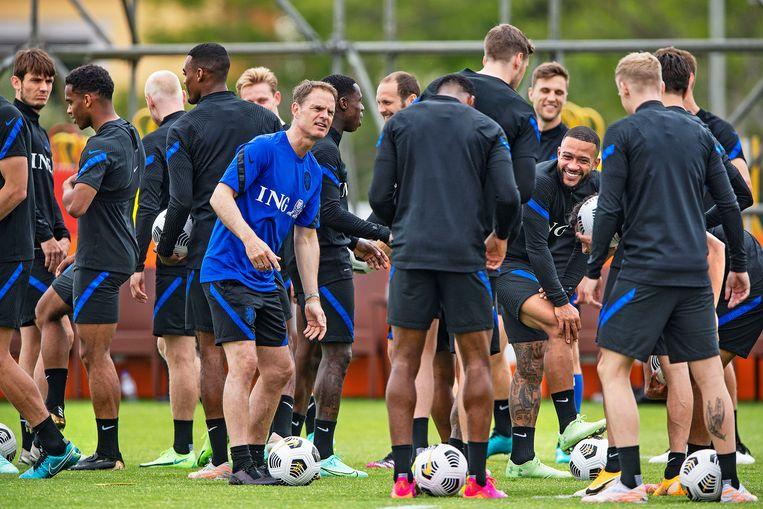 Coach en selectie ontspannen zich tijdens het trainingskamp van Oranje in Portugal. Beeld