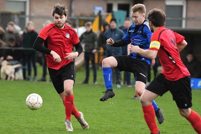 Ruben op 't Veld van Sambeek (links) jaagt op een bal tegen DWSH'18.