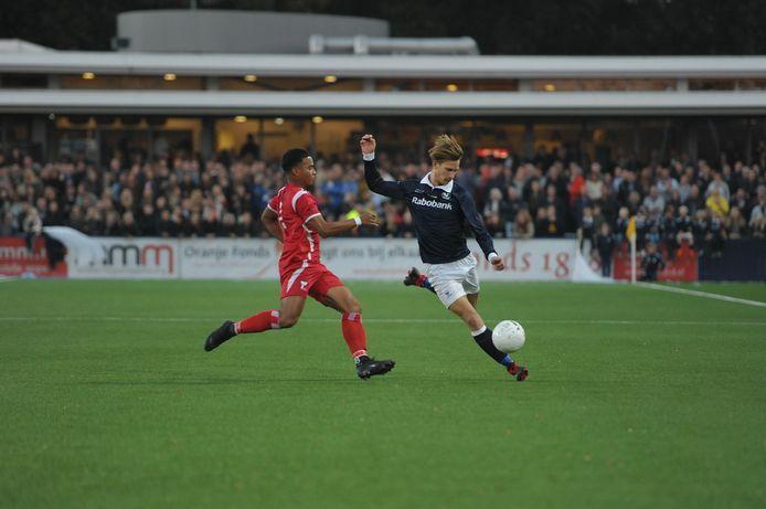 Marc Boshoff in actie tegen HBS, toen er nog publiek mocht zijn op Nieuw Hanenburg.