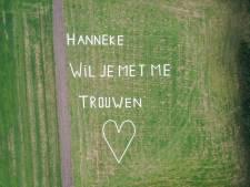 Hovenier Marco uit Losser verrast zijn Hanneke met huwelijksaanzoek in de wolken