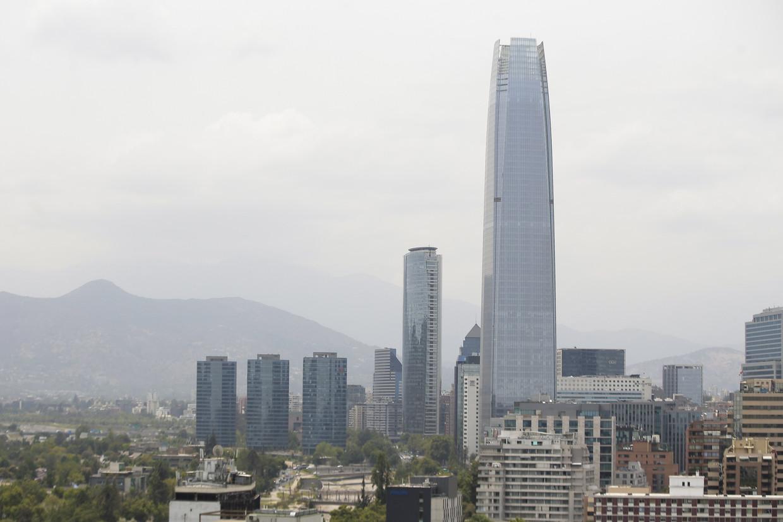 De Chileense hoofdstad Santiago is in rook gehuld die vanuit Australië over de Stille Oceaan heen naar Chili is gedreven. Beeld EPA