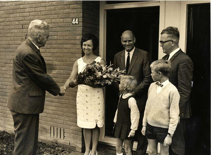 Bewoners van eerste Fort-woning aan de Van Wijngaardenstraat krijgen in 1968 de sleutel.