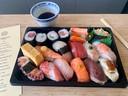 Zo'n vijftien verse sushi op de 'de luxe'-schaal, die net wat goedkoper is dan de 'premium'-schaal.