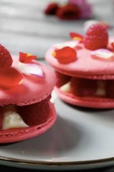 Macarontaartje met frambozen en roos
