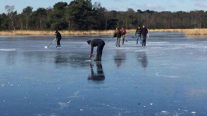 Eerste schaatsers wagen zich op ijs in Heide