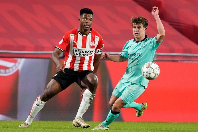 Denzel Dumfries in duel met Mats Kohlert van Willem II.
