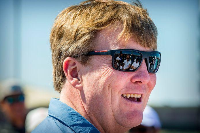 Koning Willem-Alexander tijdens een bezoek aan de Volvo Ocean Race Finish.