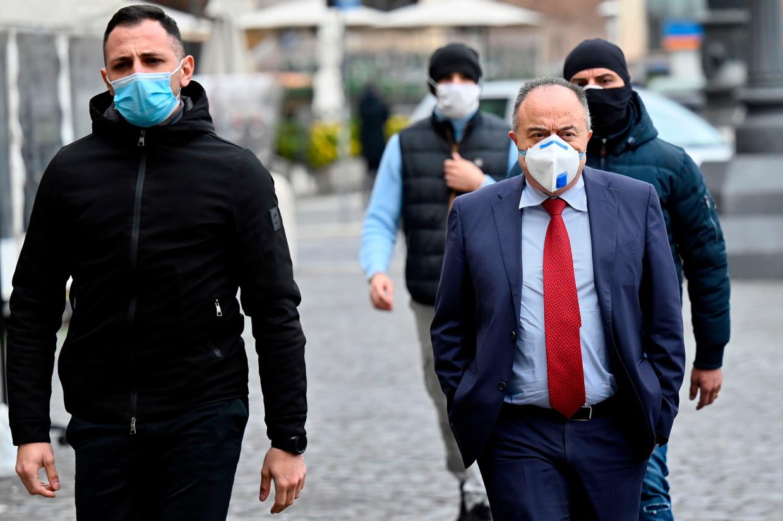 Onderzoeksrechter Nicola Gratteri met zijn beveiligers in Rome. Beeld AFP