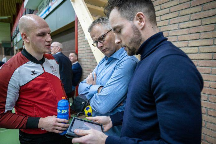 Max Malestein (links), interim-coach Roger Hulzebosch en assistent Rick Wessel hebben heel wat te stellen met een DOS'46 in verwarring.