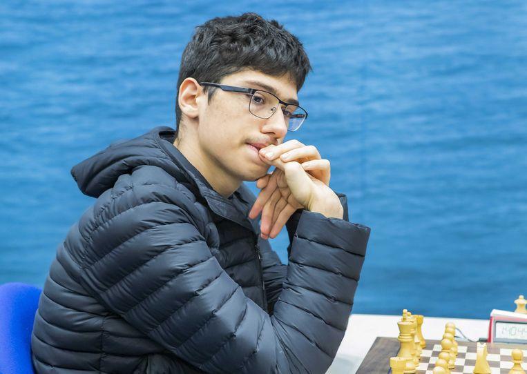 Het Iraans supertalent Alireza Firouzja dinsdag tijdens zijn partij tegen Magnus Carlsen. Beeld ANP