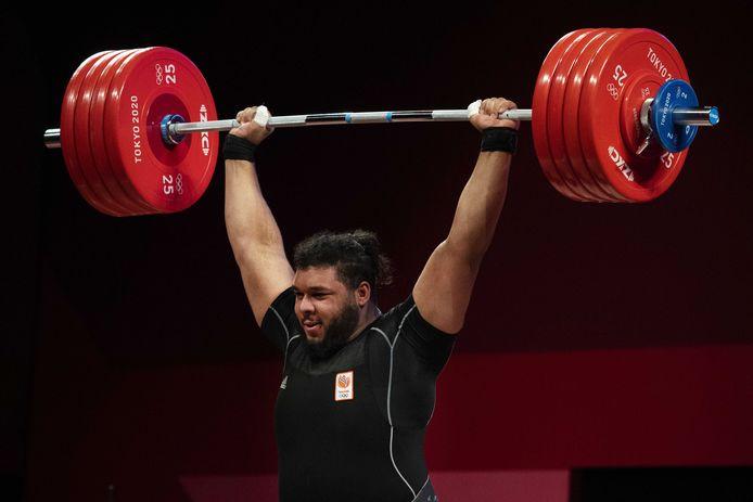 Enzo Kuworge tijdens de wedstrijd gewichtheffen in de klasse boven de 109 kilo.