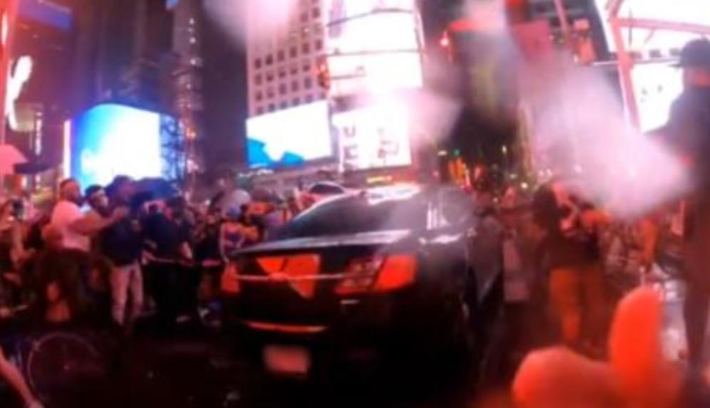 Een bestuurder rijdt in op Black Lives Matter-demonstranten en fietsers op Times Square, New York.